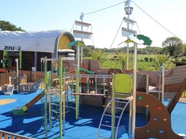 Parc de jeux pour les enfants sur le terrain du camping le Moustoir à Carnac