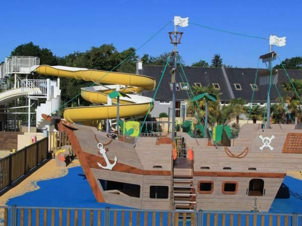Aire de jeux bateau pirate et grand toboggan au camping le Moustoir