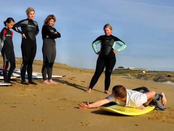 Cours école de surf de Plomeur sur la plage initiation surfing morbihan