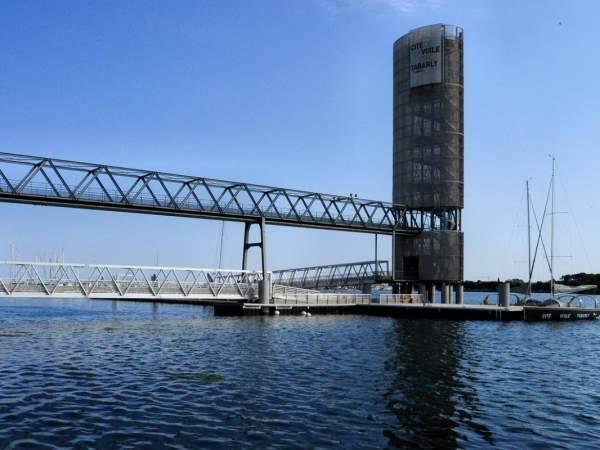 Pont d'accès au musée Cité de la Voile Eric Tabarly à Lorient